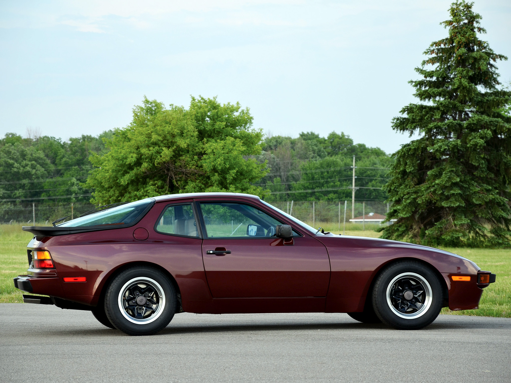 1982-porsche-944-coupe-us-spec-wallpaper-right-side.jpg